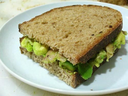 Sandwich de aguacate y pollo a la mostaza
