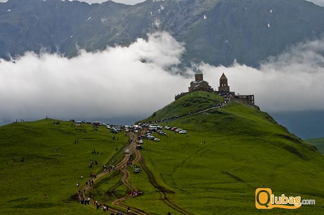 Tłumy zwiedzają klasztor w Kazbegi