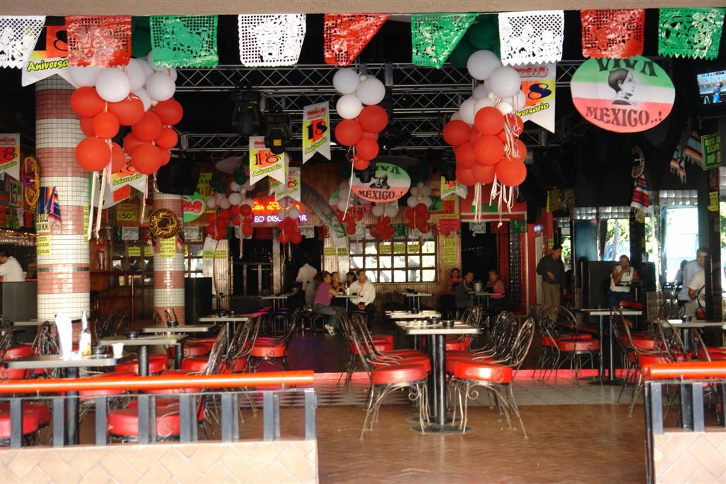 """Interior de uno de los muchos restaurante-fiesta de Tijuana tijuana - 3359495447 c71a1c01f0 o - Tijuana, La ciudad frontera con """"otro mundo"""""""