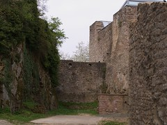 zwischen Fels und alten Mauern
