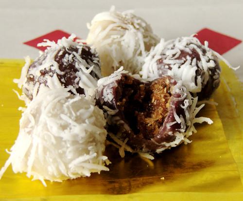כדורים מבצק אורז, עם מילוי מתוק וקישוט רצועות קוקוס