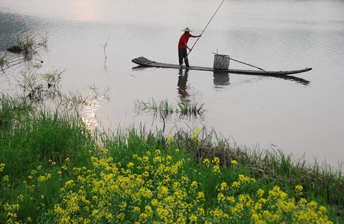 china sunset fish water river pose countryside boat fisherman photographers mel raft melinda wuyuan jiangxi 江西 婺源 vilalge 月亮灣 漁舟唱晚 chanmelmel melindachan