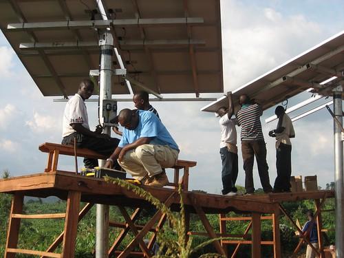 盧安達人們正在架設太陽能板。(來源:Solar Electric Light Fund (SELF)。)