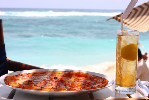 pizza and iced lemon tea at nammos beach club, bali