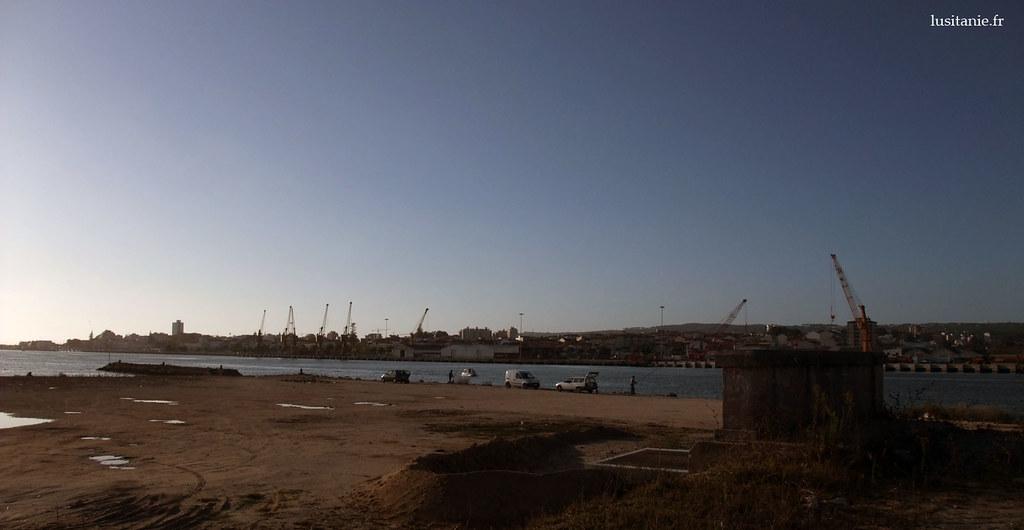 C'est ici, où le fleuve Mondego commence à se mélanger à la mer, que les pêcheurs du dimanche viennent tâter le poisson. De l'autre coté, les industries de Figueira da Foz, une des plus grandes villes du centre du Portugal.