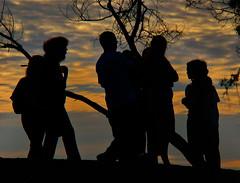 Grupo de pessoas contra luz