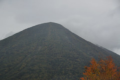 volcano(0.0), plain(0.0), cinder cone(0.0), plateau(0.0), stratovolcano(0.0), volcanic landform(0.0), mountain(1.0), spoil tip(1.0), mountain range(1.0), hill(1.0), summit(1.0), ridge(1.0), fell(1.0), shield volcano(1.0), mountainous landforms(1.0),