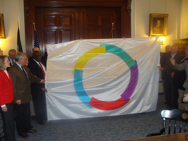 Le drapeau de l'Organisation Internationale de la Francophonie est présentée au Secrétaire d'Etat Gardner