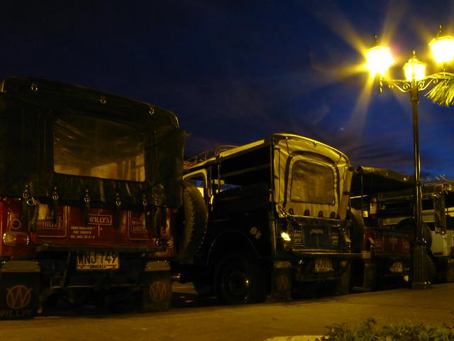 Imagen de unos Jeeps Willys parqueados en Salento, Colombia