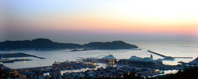 南方澳渔港三面环山,地形隐蔽且近渔场,为天然良港,与其对面的岛以砂