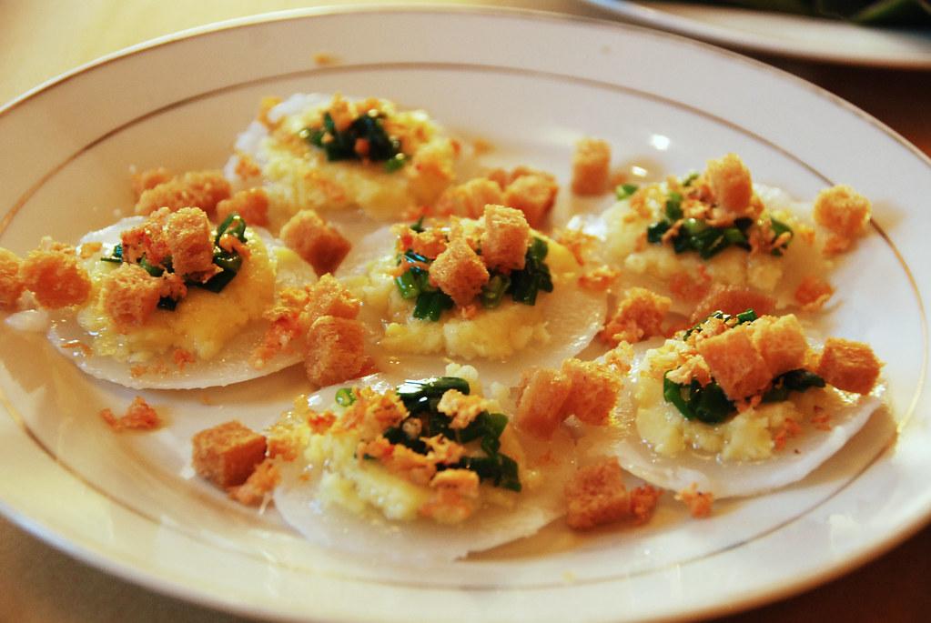 Spécialités de Hoi An : Bánh bèo nhân tôm, gâteau de farine cuit à la vapeur garni de haricots mungo, de crevettes hachées et de croûtons.