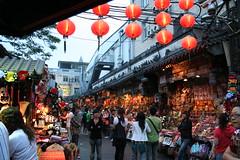 festival(0.0), yatai(0.0), christmas(0.0), shopping(1.0), market(1.0), people(1.0), crowd(1.0), bazaar(1.0), marketplace(1.0), city(1.0), public space(1.0), street(1.0),