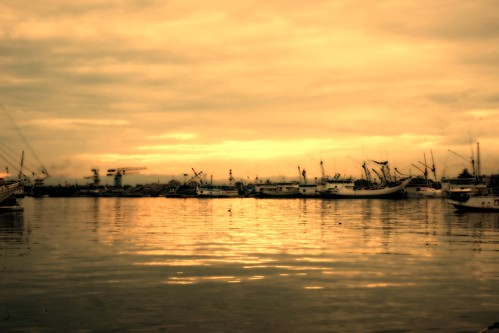 ocean friends sky sun clouds port sunrise reflections indonesia boats bay sony ships alpha reflexions makassar blueribbonwinner a900 royalgroup flickraward thebestofday gününeniyisi goldenheartaward panoramafotográfico