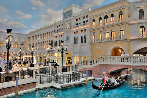 guide to 3 days in Las Vegas - Gondola ride