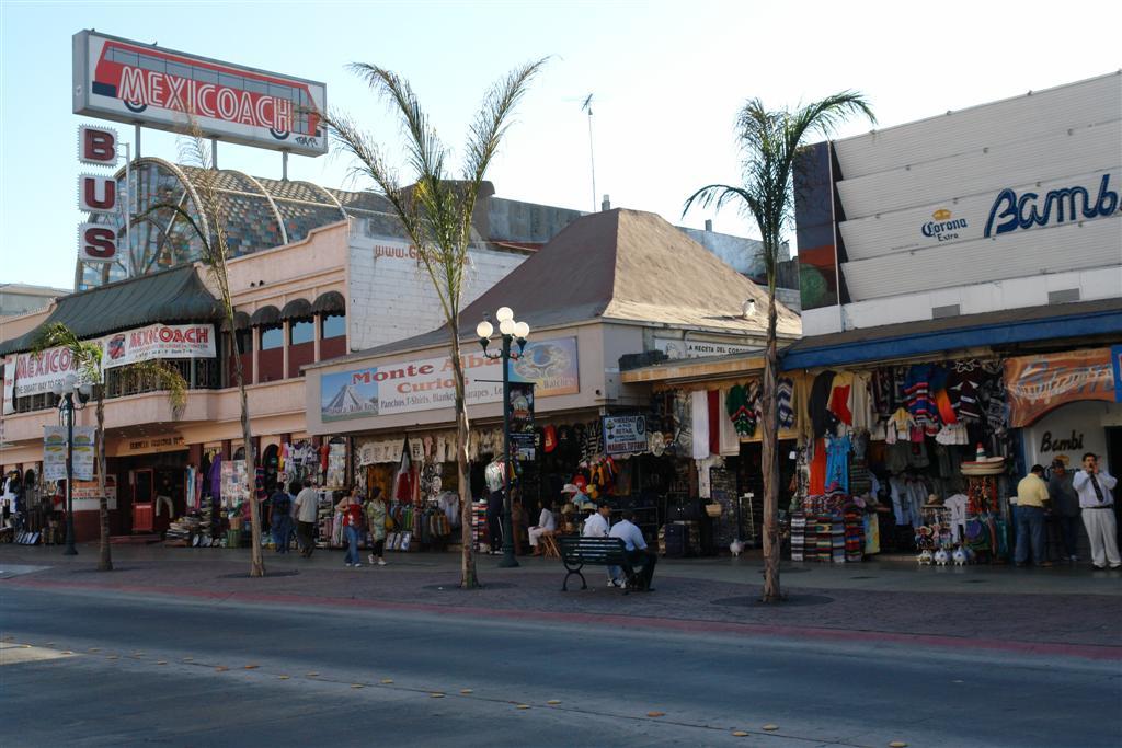 """Avenida Revolución repleta de comercios, restaurantes, """"farmacias"""" y mucho ambiente tijuana - 3360317286 73f1db3003 o - Tijuana, La ciudad frontera con """"otro mundo"""""""