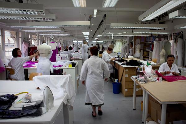 Dans l 39 atelier christian dior james bort for Couture atelier