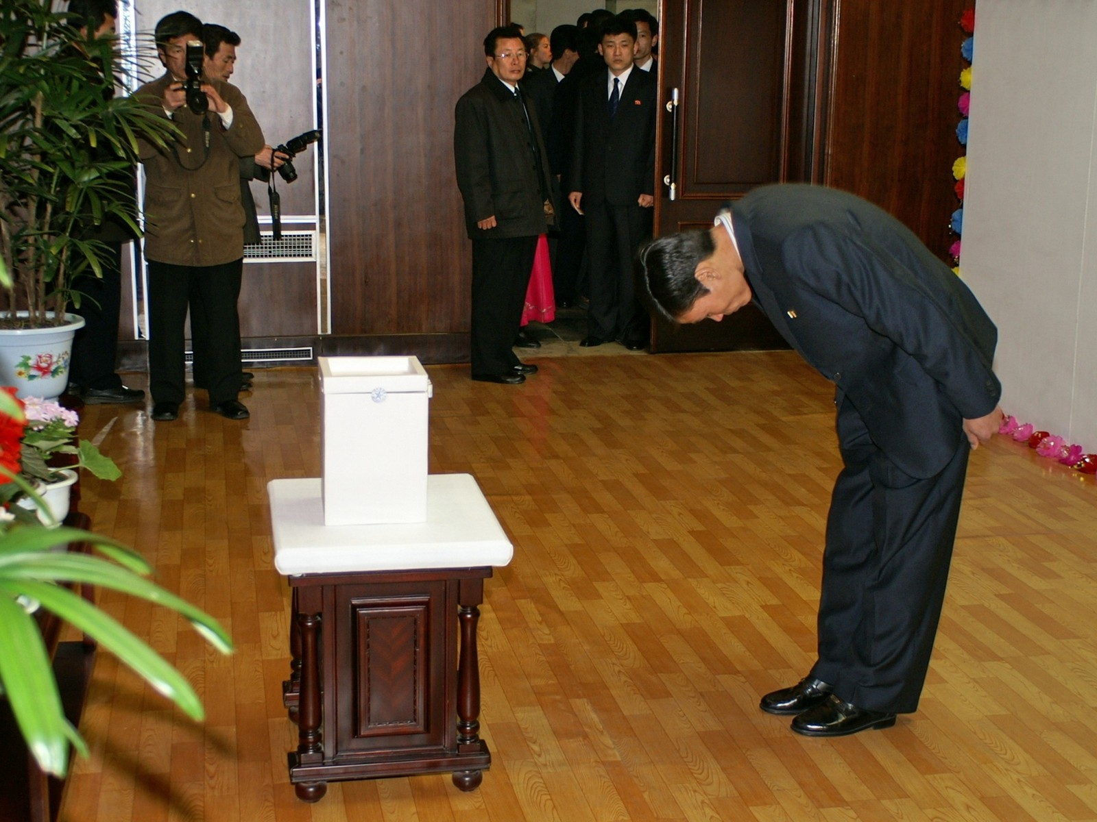 Bowing to the leaders