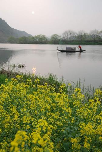 china sunset fish water river pose countryside boat fisherman photographers mel raft melinda wuyuan jiangxi 江西 婺源 supershot vilalge 月亮灣 漁舟唱晚 chanmelmel melindachan