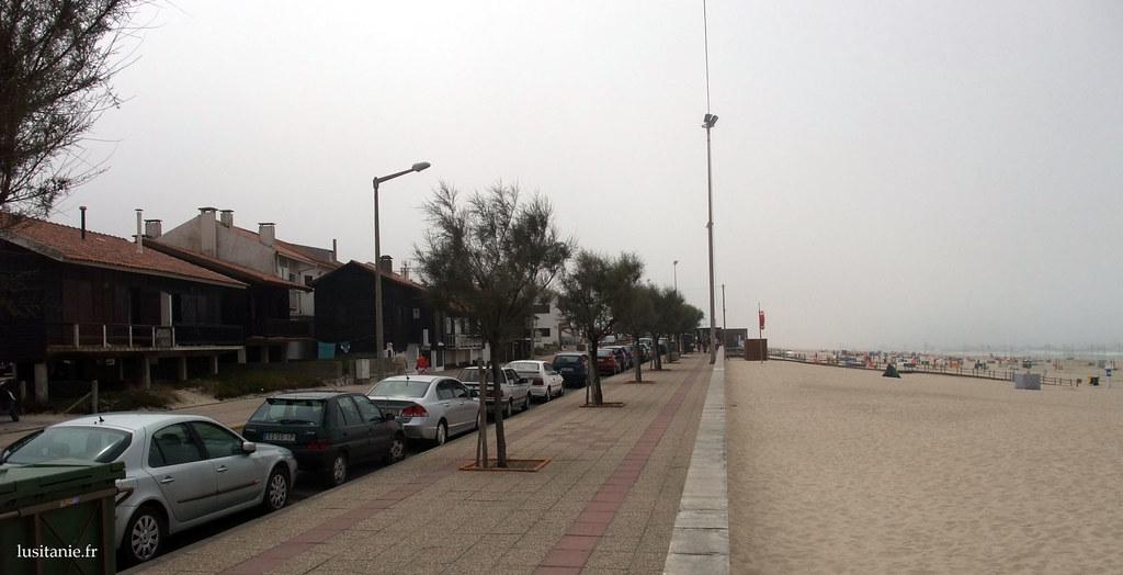 A gauche, les anciennes maisons de pêcheurs, refaites à neuf, faisant face à la plage et l'océan, à droite. Oui, il ne fait pas toujours beau au bord de la mer.