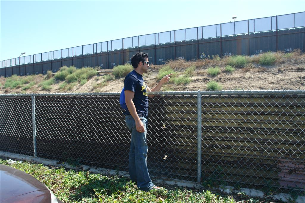 """Muro que separa dos mundos, estoy en USA, en un centro comercial repleto de tiendas, es increible pensar que a pocos metros de mí hay un mundo totalmente diferente, con gente que da la vida cada día por encontrarse donde yo me encuentro ahora mismo. tijuana - 3360306594 ff1485a9cb o - Tijuana, La ciudad frontera con """"otro mundo"""""""