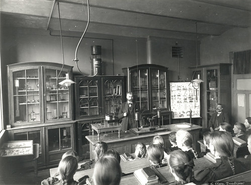 Naturfagtime ved Kalvskindet skole / Science class at Kalvskindet school (ca. 1900)