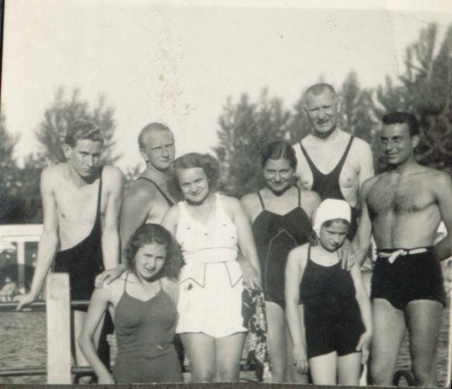 1937, debreceni strandon, apósom és családja
