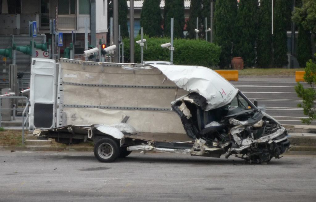 Dipendente senza autorizzazione si addormenta alla guida del furgone scolastico provocando un incidente frontale