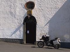 Moped neben dem Kircheneingang von tuxbrother auf Flickr