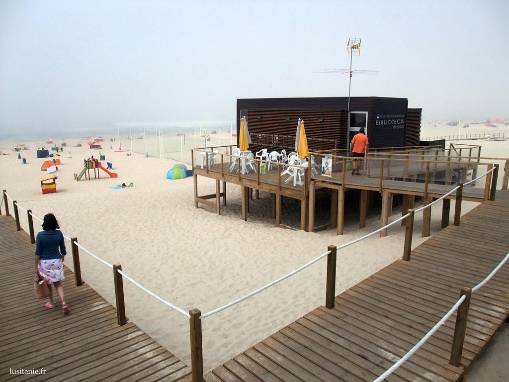 Cette construction à même le sable est une bibliothèque de plage, pour apporter un peu de culture aux vacanciers. J'en aurai bien fait une maison!