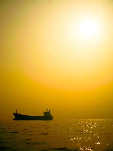 sunrise canon hongkong golden boat hit victoriaharbour jonnoj imagoismthursday jonbinalay sunriseatvictoriaharbour
