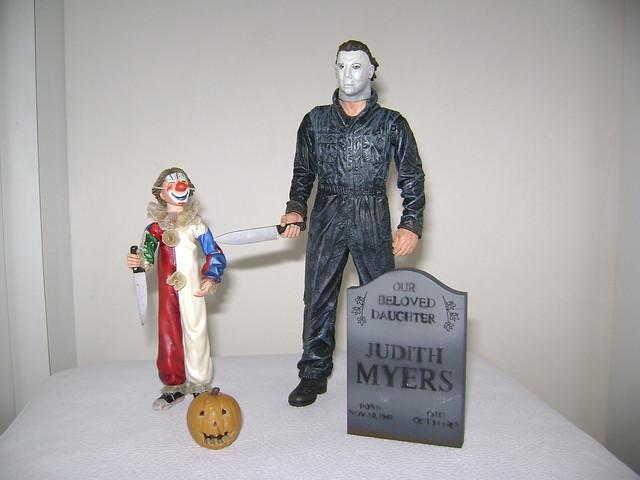 Esse é um Pack do filme Halloween com o Michael Myers adulto e ele criança.