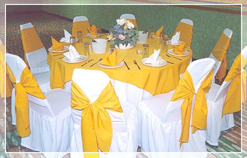 Mesa redonda con manteles amarillos flickr photo sharing - Manteles para mesa ...
