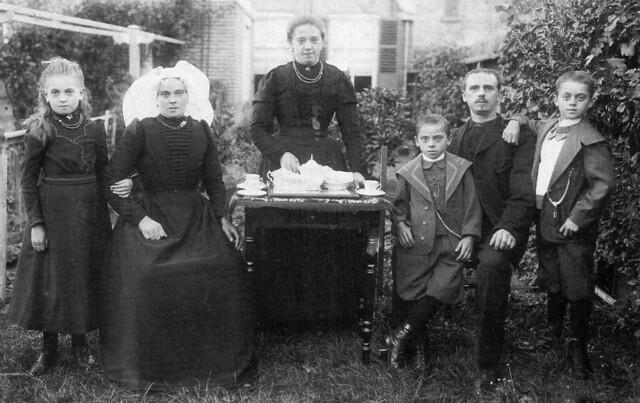 Family of KLAAS VERMAAS , in those days wholesale dealer in so-called colonial goods  (MIDDELHARNIS  , appr. 1920)