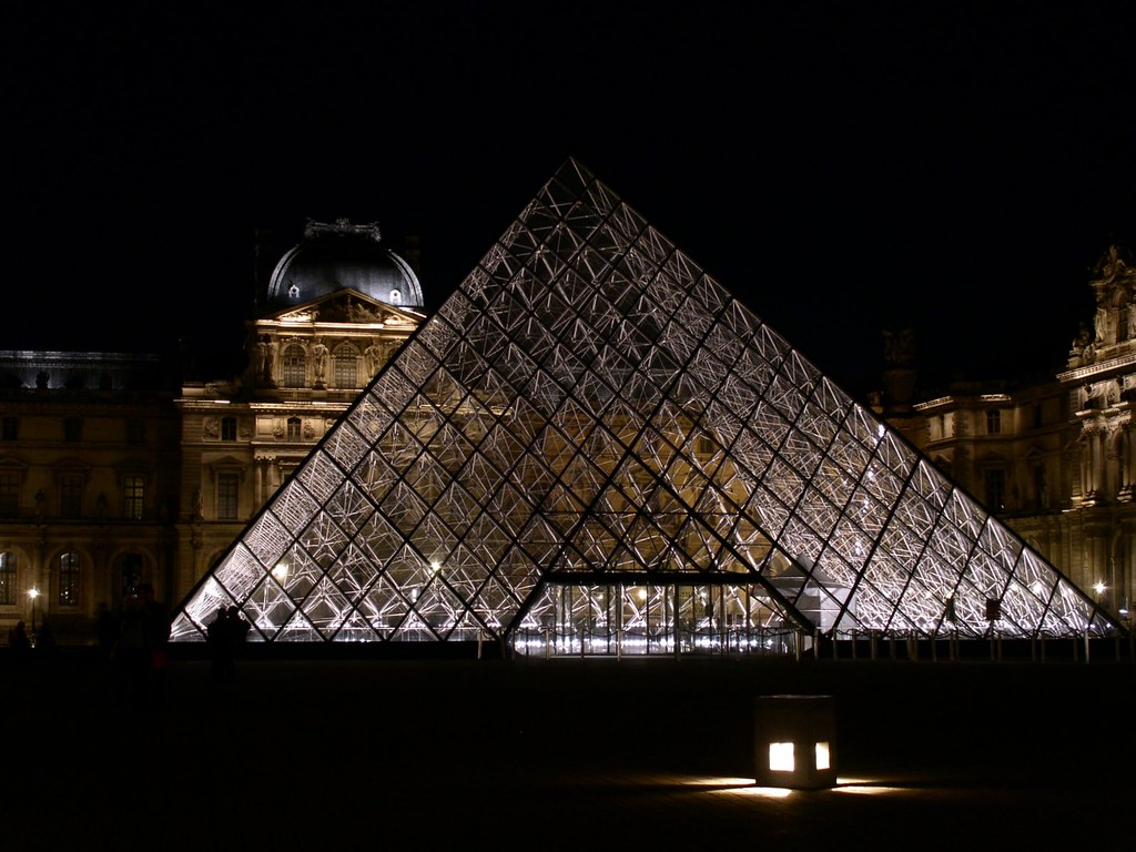 la pyramide du louvre au centre de la cour napol on flickr photo sharing. Black Bedroom Furniture Sets. Home Design Ideas
