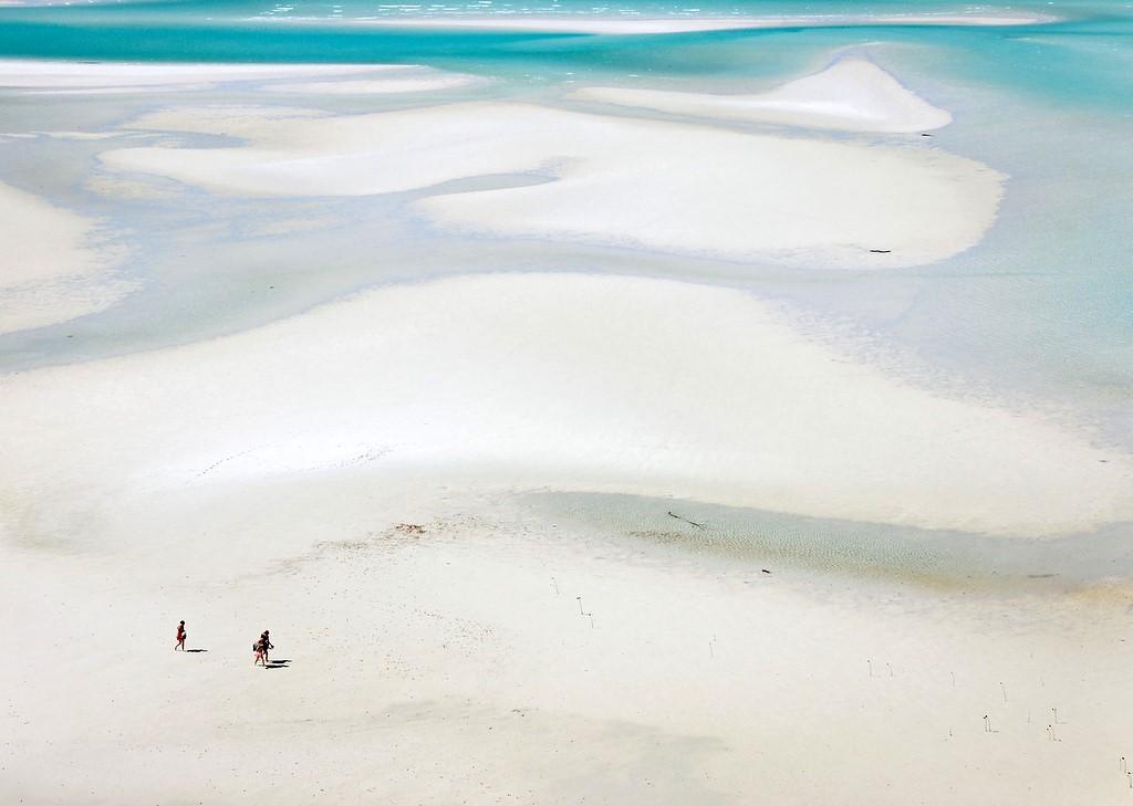 上空から見たホワイトヘブンビーチを歩く人々