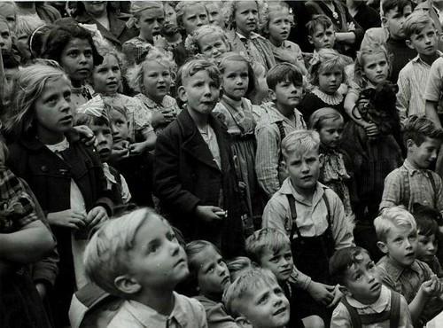 Kinderen tijdens de feesten rond de inauguratie van Juliana / Children during festivities on the occasion of the inauguration Juliana