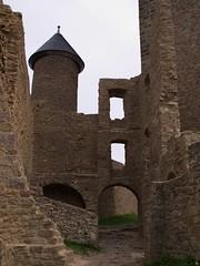 Türmchen hinter verfallenen Mauern