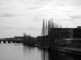 Fabrik mit Brücke