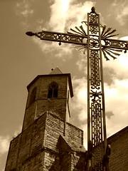 croix de fer devant l'église de Najac en Aveyron, courant août 2008