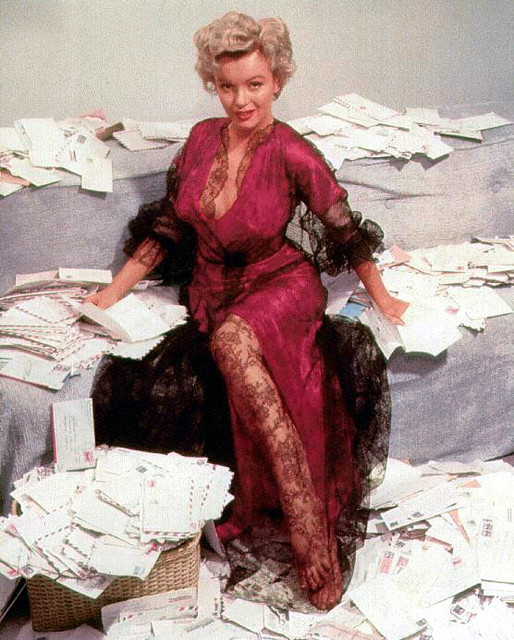 Marilyn Monroe Reading 001