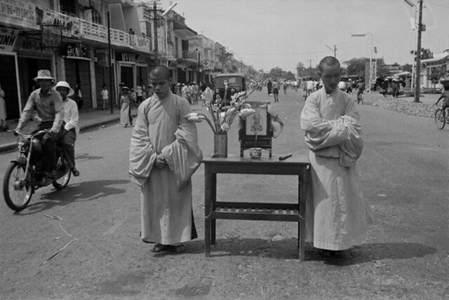 Sư tăng khiêng bàn thờ xuống đường biểu tình chống chính phủ, Huế 6-6-1966