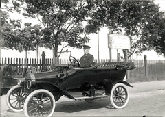 carriage(0.0), automobile(1.0), wheel(1.0), vehicle(1.0), mode of transport(1.0), monochrome photography(1.0), classic car(1.0), vintage car(1.0), land vehicle(1.0), luxury vehicle(1.0), black-and-white(1.0), ford model t(1.0),