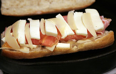 bruschetta(0.0), bratwurst(0.0), hot dog(0.0), sandwich(1.0), meal(1.0), breakfast(1.0), meat(1.0), food(1.0), dish(1.0), cuisine(1.0),