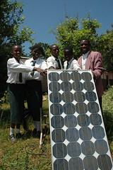 尚比亞學生與他們學校的太陽能板。(Tony Roberts 攝影)