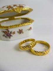 bangle(0.0), bracelet(0.0), ring(1.0), yellow(1.0), jewellery(1.0), diamond(1.0), gold(1.0), wedding ring(1.0),