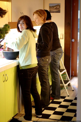 juls, kat & rachel preparing breakfast    MG 1647