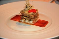 Pie de Cerdo con salsa picante, nabo diakon y avellanas