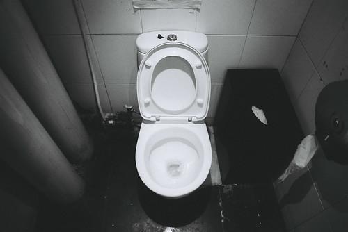 每沖一次馬桶會消耗至少7公升的水。(圖片來源:HKmPUA)