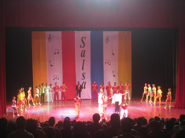 Salsa show performers