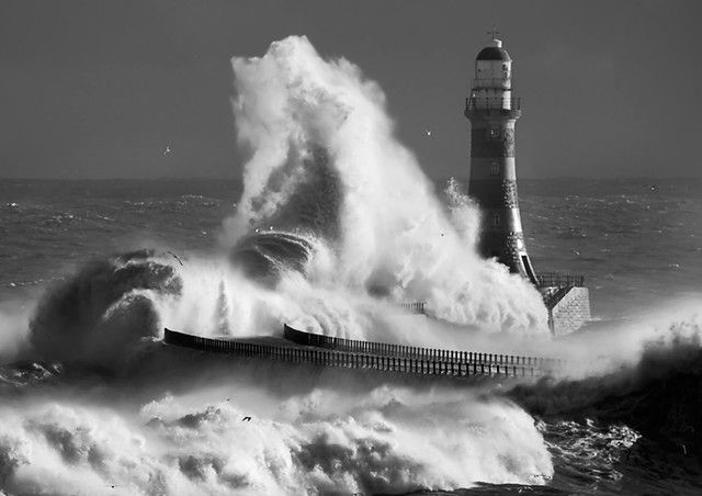 Roker-lighthouse mono